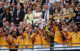 Adam Smith sobe de divisão com o Cambridge United na final de Wembley