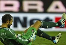 Diego López sofre auto-golo e lesiona-se no lance