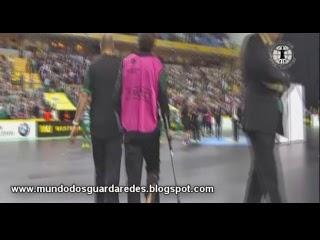 João Benedito lesiona-se e deixa boa exibição aos 18 minutos – Sporting 3-5 Barcelona – UEFA Futsal Cup