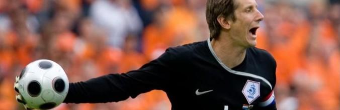 Van der Sar regressa às balizas para defender o VV Noordwijk