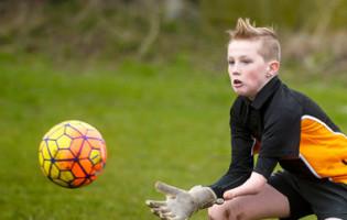 Thomas Atkinson, aos 12 anos, defende e capitaneia só com um braço e uma perna