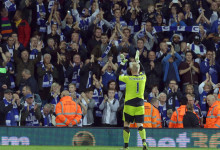 Kasper Schmeichel é campeão da Premier League pelo Leicester City FC