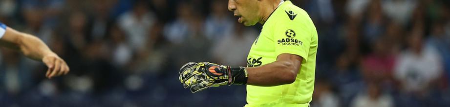 Douglas Jesus renova pelo Vitória SC
