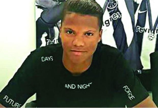 Carlos Peixoto assina contrato profissional com o FC Porto aos dezasseis anos