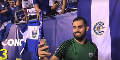 Derby Carrillo: guarda-redes de El Salvador acedeu pedidos até ao último adepto deixar o estádio