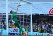 Alfredo Saldívar faz defesa espetacular em penalti à Panenka