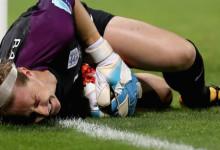 Karen Bardsley jogou quinze minutos com a perna partida