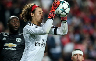 Mile Svilar: estreia na Champions com recorde, erro em golo e três defesas – SL Benfica 0-1 Manchester United