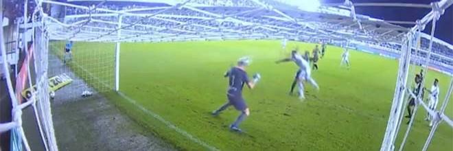 João Ricardo Riedi defende de cabeça num momento inusitado – Santos FC 0-1 América Mineiro