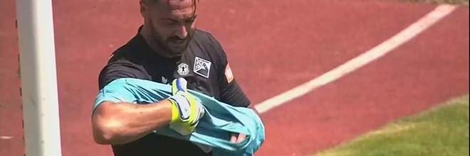 Hugo Almeida joga a guarda-redes pela segunda vez, agora na estreia pela Académica