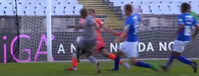 Muriel Becker defende com o corpo no um-para-um – Os Belenenses SAD 2-3 FC Porto
