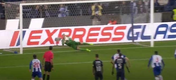 Mika Domingues defende grande penalidade e faz dupla-defesa – FC Porto 2-0 Os Belenenses