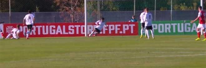 Miguel Nóbrega: defesa central foi guarda-redes e ainda valeu empate ao SL Benfica sub-23 na Liga Revelação