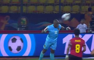 Tony Cabaça defende com dificuldade e interceta com a cabeça – Angola 0-1 Mali (CAN)
