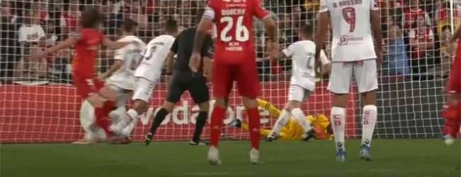 Eduardo Carvalho defende bola e iluminação do estádio desliga-se de imediato – Gil Vicente v. SC Braga
