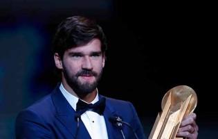 Alisson Becker vence prémio Lev Yashin nas distinções Bola de Ouro