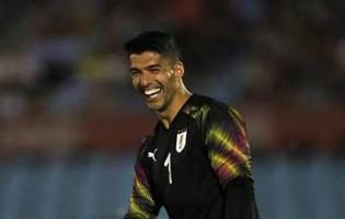 Luis Suárez foi guarda-redes na despedida de Diego Forlán e ainda se destacou