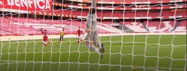 Odisseas Vlachodimos respalda bola resvalada – SL Benfica 2-0 Moreirense FC