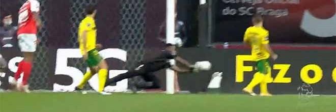 Jordi Martins resvala bola após erro caricato em penalti cometido – SC Braga 1-1 FC Paços de Ferreira