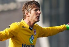 Van der Sar regressa aos 45 anos e defende penalti no VV Noordwijk 1-1 Jodan Boys