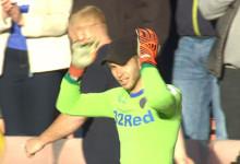 Felix Wiedwald não conseguia jogar com o sol: da bancada, um adepto ofereceu-lhe o chapéu