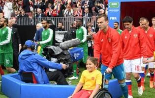 Igor Akinfeev e uma criança em cadeira de rodas provocam a primeira grande imagem do Mundial'2018