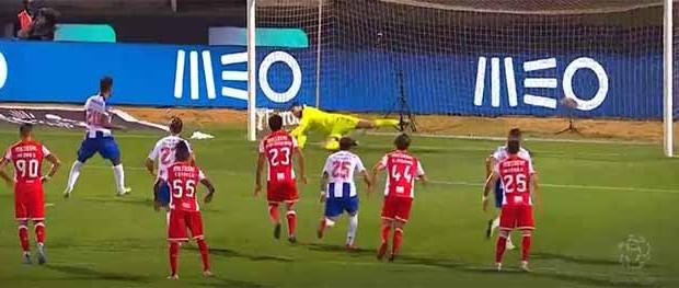 Fábio Szymonek comete e defende penalti entre várias intervenções dificultadas – CD Aves 0-0 FC Porto