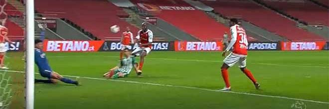 Matheus Magalhães impede golo a curta distância – SC Braga 2-0 Rio Ave FC