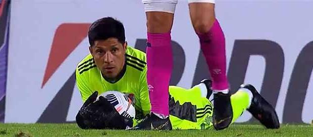 Enzo Pérez (médio) joga a titular como guarda-redes e é o melhor em campo – River Plate 2-1 Santa Fé